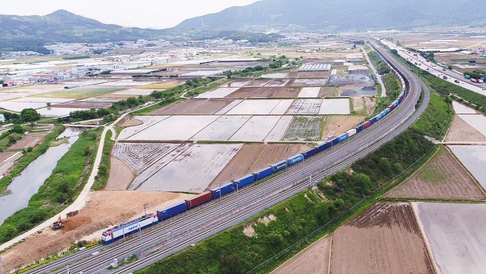 화물열차 사진입니다.