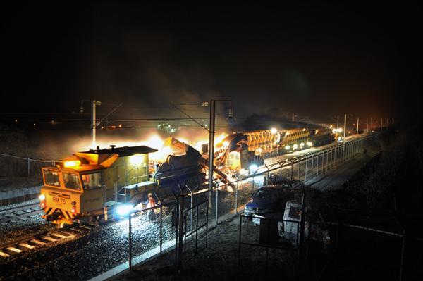 열차가 다니지 않는 야간에 자갈교환 작업을 시행하고 있는 모습의 사진입니다.
